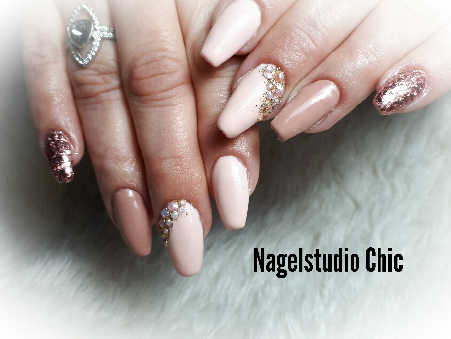 Nude met glitters en diamantjes gelnagel