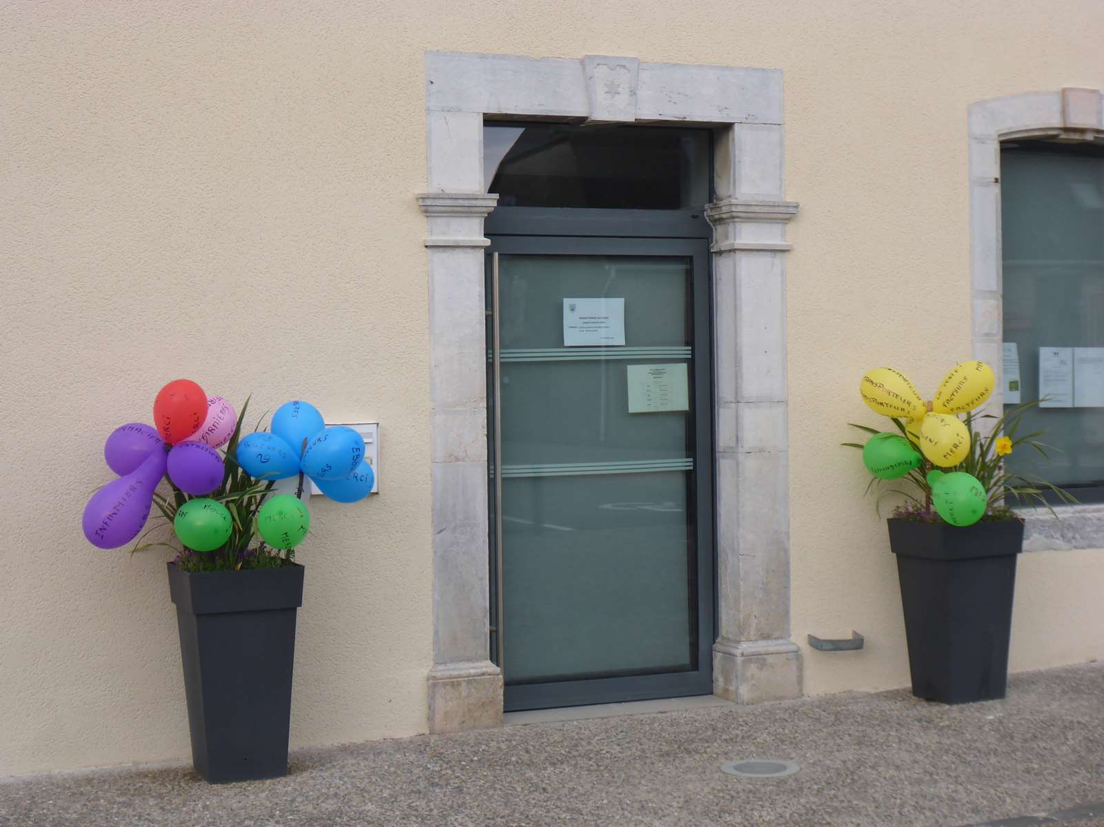 """La Mairie soutien nos """"HÉROS""""... avec des ballons... qui ont eu un """"choc atmosphérique""""... ils ont explosé !  sniff..."""