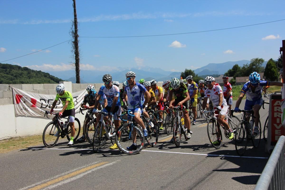 Départ de la Course cycliste organisée par VC Pierrefitte - Luz