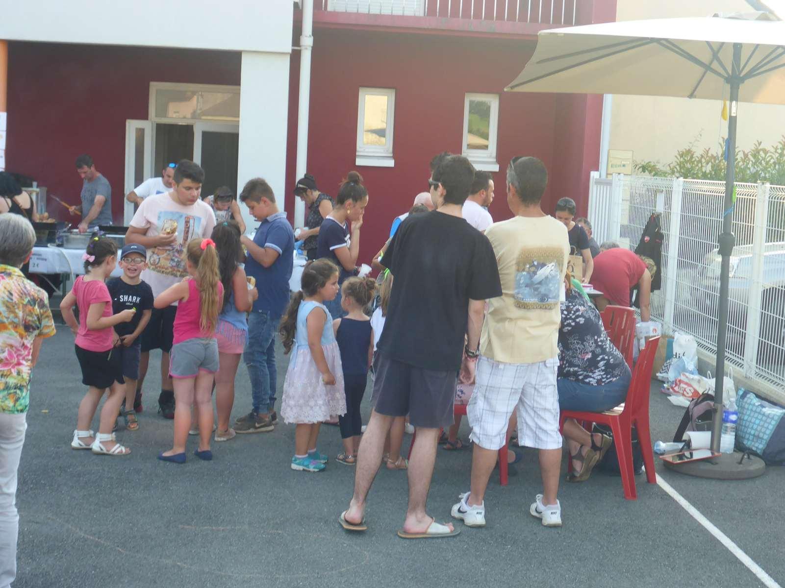 """Il y a foule au """"resto"""" pour les frites, les sandwichs, les boissons fraîches..."""