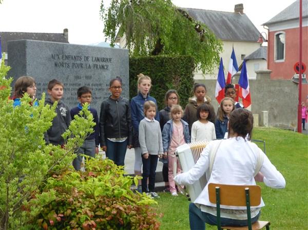 La Marseillaise chantée par les enfants de l'école... accompagnés par Céline leur maîtresse... un grand bravo !