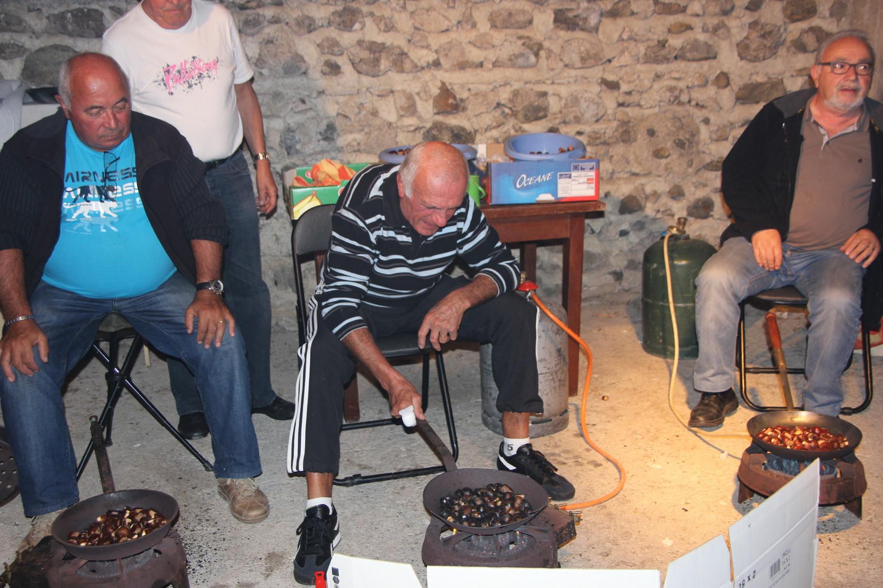 Ici, Serge, Claude et Jean-Pierre font griller les châtaignes.