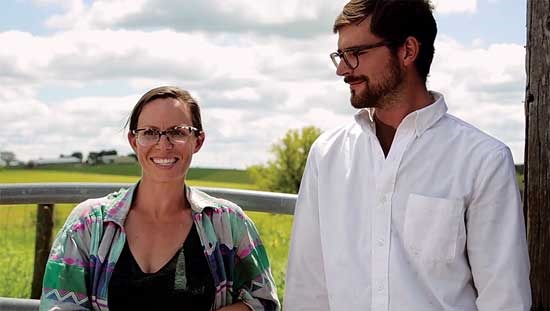 ジョンとハリー・ウェプキンスは大規模な有機穀物農場で働いている。Photo by National Young Farmers Coalition