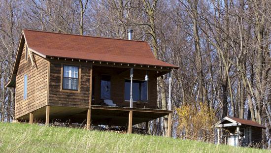 ギボン家のオフグリッドの手製のゲスト小屋と野外便所は、数あるDIY作業の内の2つ。