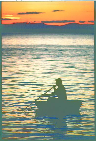 メイン州のパナブスコット湾で浮力のあるコラクルを漕ぐ。