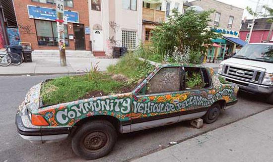 トロントのThe Community Vehicular Reclamation Projectで、車を菜園に変えて、歩行者と植物の為に街路を取り戻す試み。