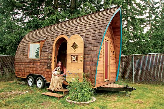 ケラは退職後用に貯めていたお金を使い、建築業者と契約して理想空間を建てた。