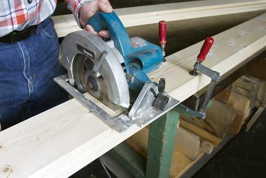 丸鋸を使い板をおよその長さに切り出す。Photo by Strother Purdy