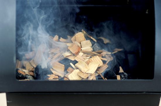 煙は若干異なるかもしれないが、ヒッコリー、オーク、リンゴ、サク ランボ、メープルの木は同様によく使える。Photo by Dreamstime/ Jonathan Fox.