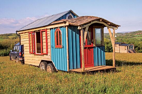 認可や配管といった実践上の懸念にめげず、キアン・クリプソン (Kian Clipson) が、インスピレーションに従うがまま作ったのは、移動式の小さな家で、ひとつひとつ、8ヶ月かけた。