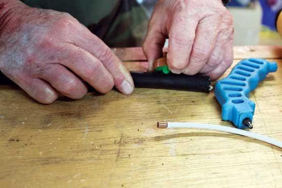 スコットが点滴潅水チューブにエミッタを挿 入している。Photo by Kurt Jacobson