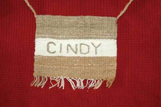 シンディーの現在ある数色によって織られたネーム・タグ。Photo by Cindy Conner