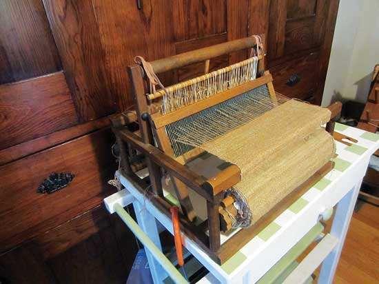 機織り機で織られている、シンディーのシャツになる布。Photo by Cindy Conner