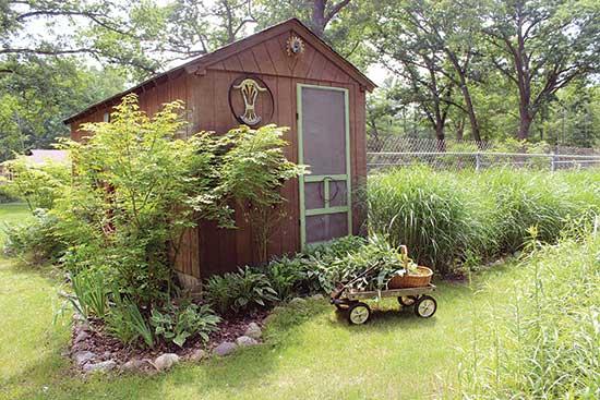 重いものを土地の中で移動するのに小さなワゴンカートを使うと、腰に負担がかからない。