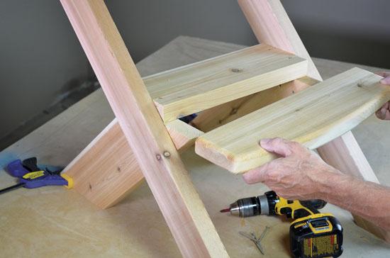 ② 組み立てた脚に、座面の板 2 枚を設置する。