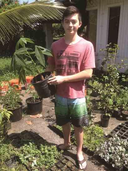 ナサニエルは、バナナから作るお手製の 料理酢シリーズの発売を間近に控えている。