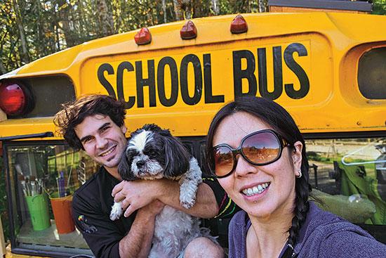 ジュリアン・ラファイル (Julien Lafaille)とオフェリア・クウォン (Ophelia Kwong) は、高くつく都会暮らしを手放して手に入れたのは、小さな家暮らし、再活用したスクールバスの外で森や自転車乗り。