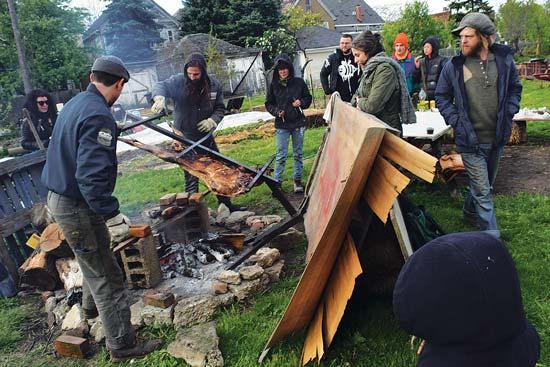パレットと要らない木で火よけのシールドを作ると、たれをかけながら肉を焼くのに十分近づきやすくなります。これは待つ甲斐がある肉です。Photo by Maggie McGuire