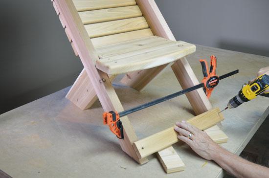 ④ 下穴を空けてから椅子にフットレストを取り付ける。