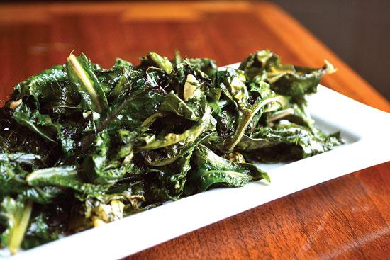 ソテーにしたノゲシは豊かで少し苦味のある風味なので、ニンニクとローズマリーと合わせて味付けしよう。食用として役立つことは、ラテン語名「Oleraceus=栽培した野菜」に表れている。
