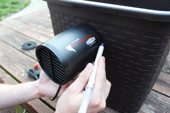 1)かごの小さい面の片方に扇風機の外枠に沿って線を引く。それから反対側に通気孔に沿って線を引く。