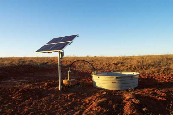 ソーラーポンプは僻地の牧草地に水を供給する選択肢として良い。Photo courtesy Solar Power and Pump Co.