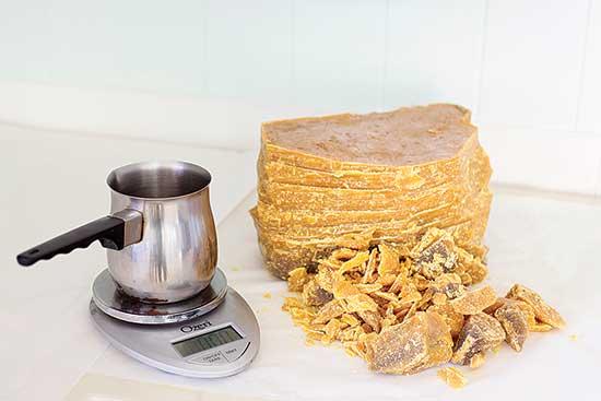 蜜蝋とハーブフレーバーオイルを混ぜて作るのは、天然スキンケア製品(リップクリームなど)で、ポケットやハンドバッグの中で溶けない。