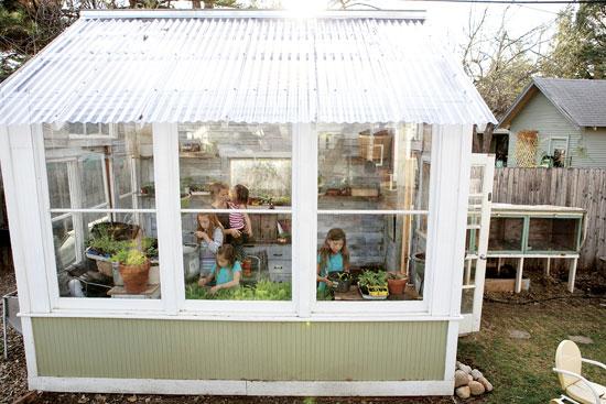裏庭の手製のグリーンハウスとウサギ小屋は狭い敷地で野菜と肉を作るのに重宝。