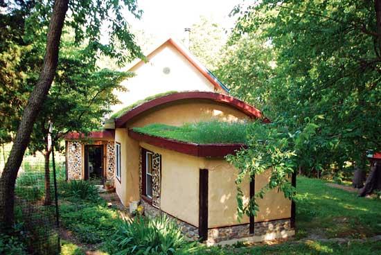 うまく建てられた屋根で冬暖かく夏涼しく保たれる。Photo by Down to Earth Design/BuildNaturally.com