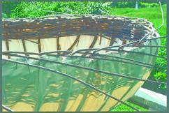 枠組みに帆メーカーの重量のある帆を括り付けてから、防水混合液と油性のデッキ塗料を施す。