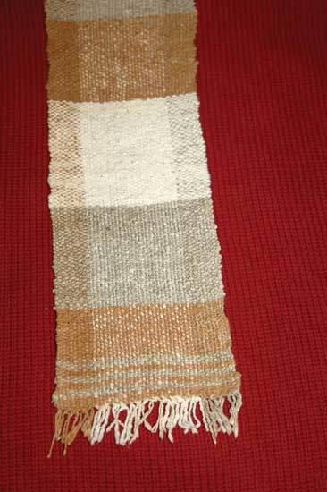 最初の収穫で得た繊維で織り上げたスカーフ。Photo by Cindy Conner