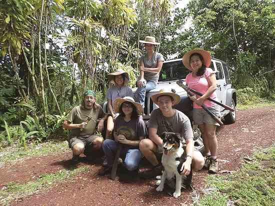自給農生活を探求する中でアトウェル家は 一緒に過ごす時間をより多く得ている。