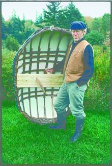 晩年の Stanley Joseph と彼が作ったコラクル。小さなボートの重さは、ほんの16kg。