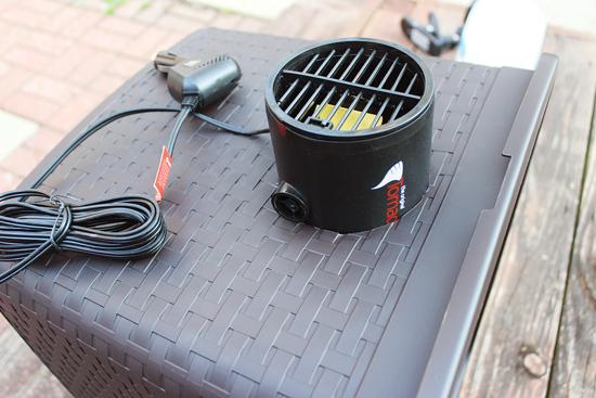 3)扇風機を穴の内側に向けて取り付けて、空気の流れが容器に入る向き(扇風機にルーバーがないなら)か、かごか ら出る向き(扇風機にルーバーがあるなら)にする。そして必要ならダクトテープで固定する。次にもう一方の穴に通 気孔を配置してかごから外を向くようにする。必要なら通気孔をダクトテープで固定する。