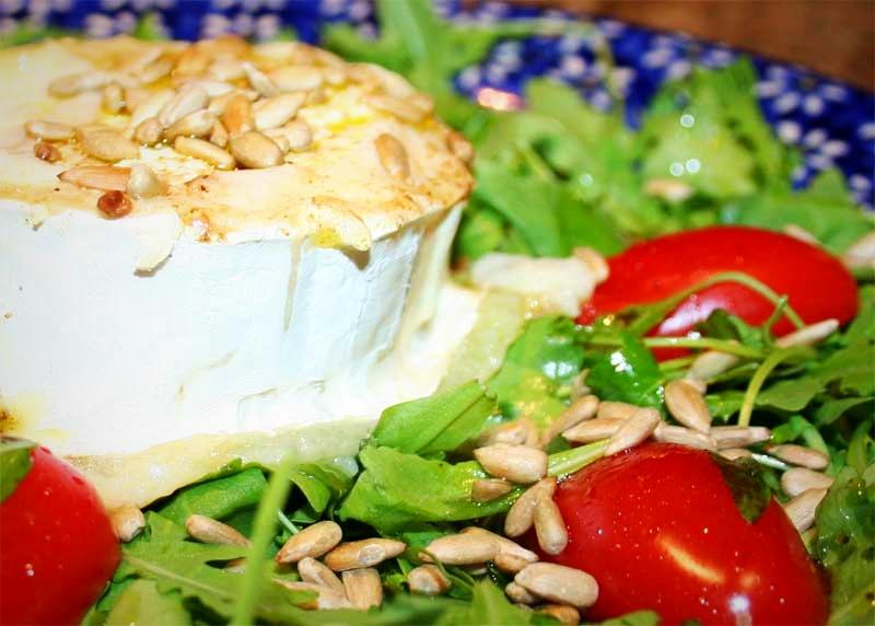 warmer Ziegenkäse auf Rucola-Salat