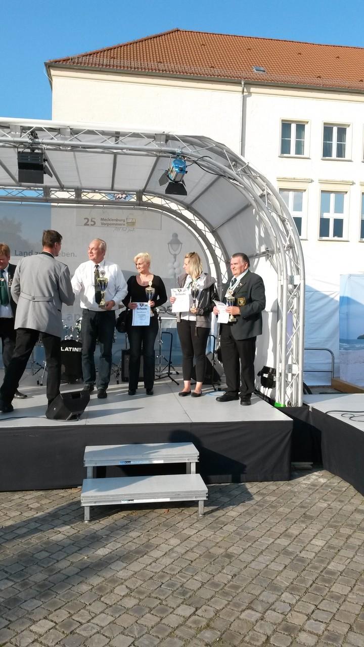 Janine Kowalski bei der Übergabe der Urkunden beim Lüpzer Pils Cup am 12.09.15 in Pasewalk