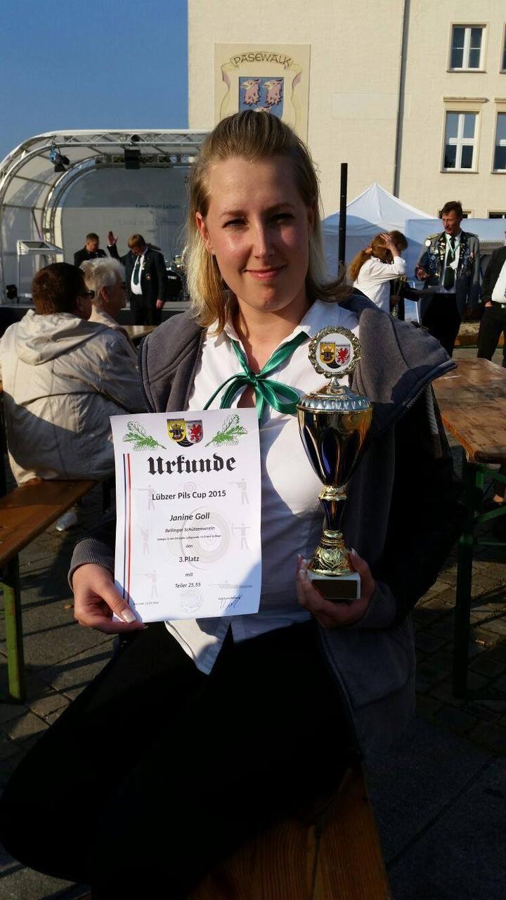 Janine Kowalski mit der Urkunde des Lüpzer Pils Cup am 12.09.15 in Pasewalk
