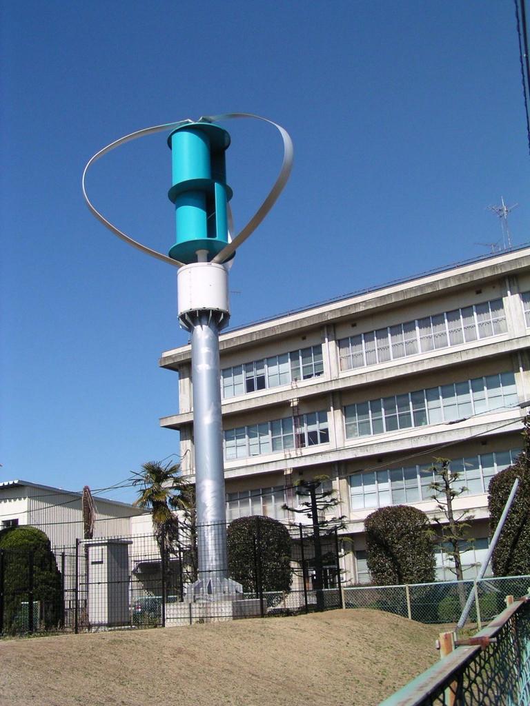 市役所の脇に設置された風力発電設備