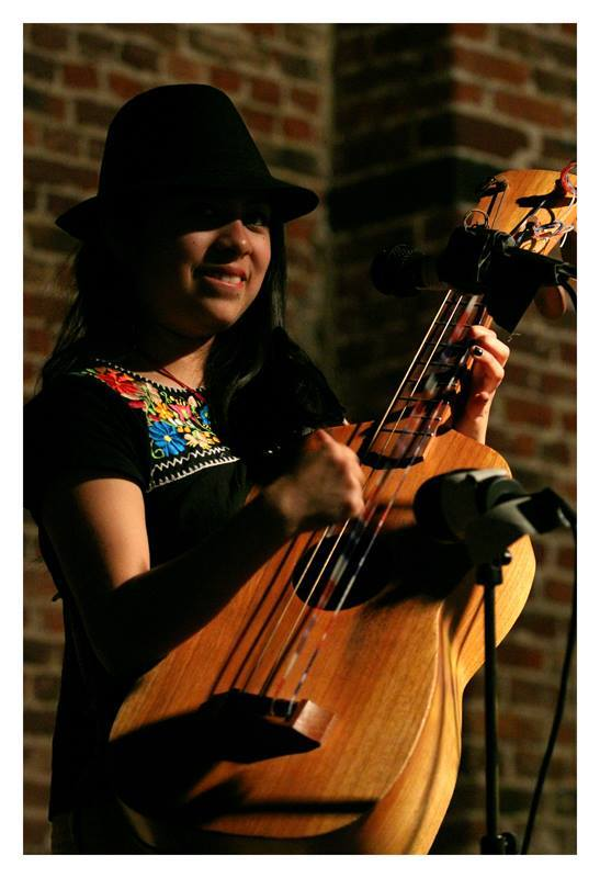 ARGELIA PÉREZ BAUTISTA - Bumburona Guitar, voice and dancing.