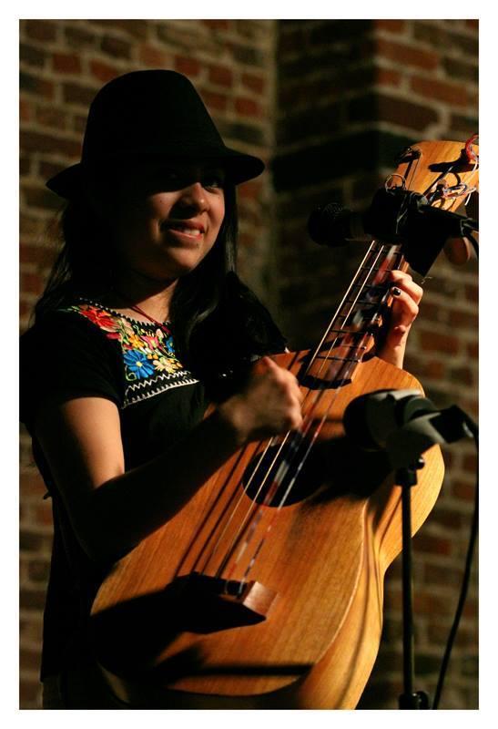 ARGELIA PÉREZ BAUTISTA / Bumburona Guitarre (Bass), Mundharmonika,  Gesang und Tanz