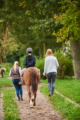 Reittherapie mit Kind und Pony - Copyright Deutsche Bahn Stiftung / Stefan Wildhirt