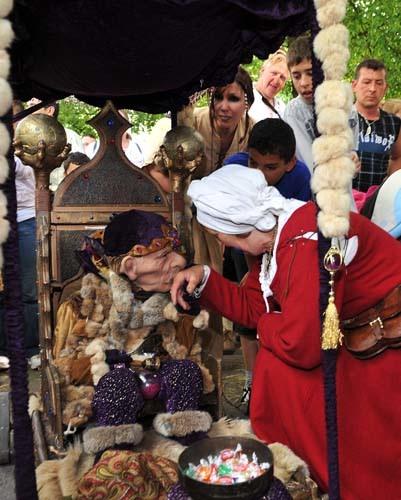 Le baise main du Vieux Sage, mystérieux personnage magique compagnon de Perceval, artiste prestidigitateur