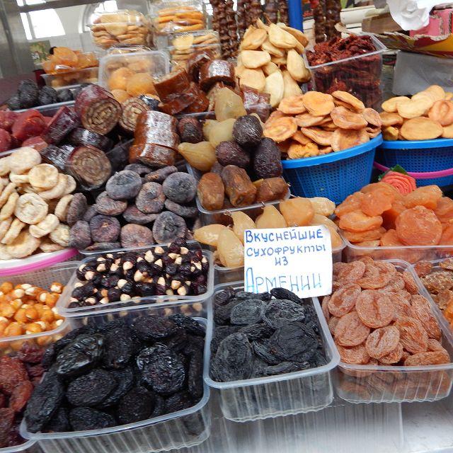 Getrocknete Früchte auf dem Bauernmarkt.           k