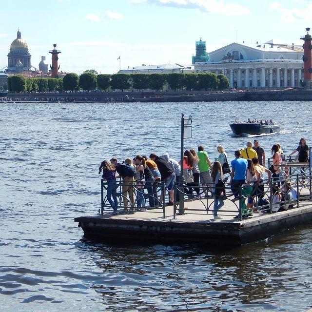Gäste warten auf die Bootsfahrt an einer Anlegestelle an der Newa