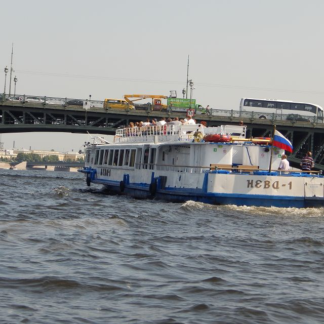 Eine Schiffsrundfahrt auf der Newa              k