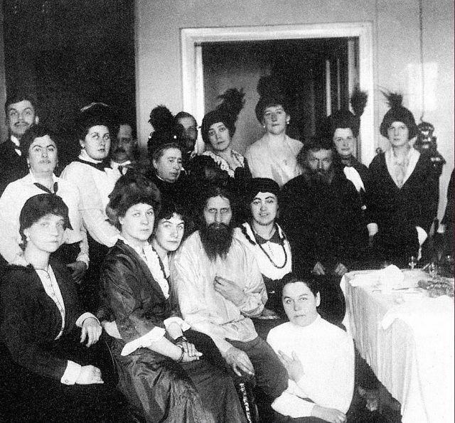 der Wunderheiler Rasputin mit den Frauen