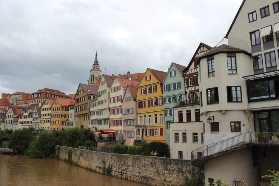 """Die eng gebaute Neckarfront ist eine sichtbare Spur der alten Stadtmauer, deren Linie sie nachzeichnet. Auch der Turm rechts, der sogenannte """"Pulverturm"""", war Teil der Befestigung am Neckartor.[20] Bild: Johannes Thiede."""