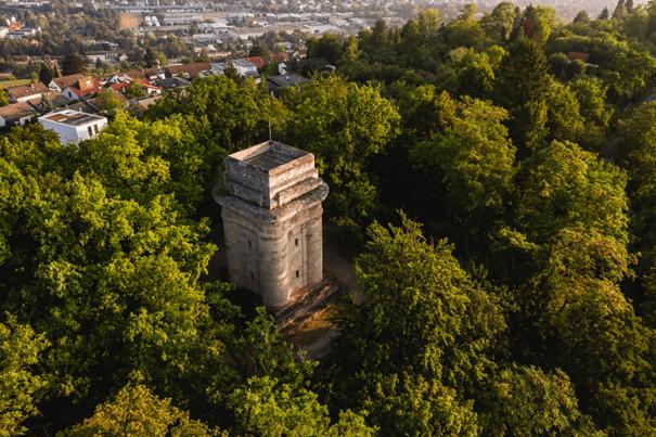 Alter Turm in neuem Licht