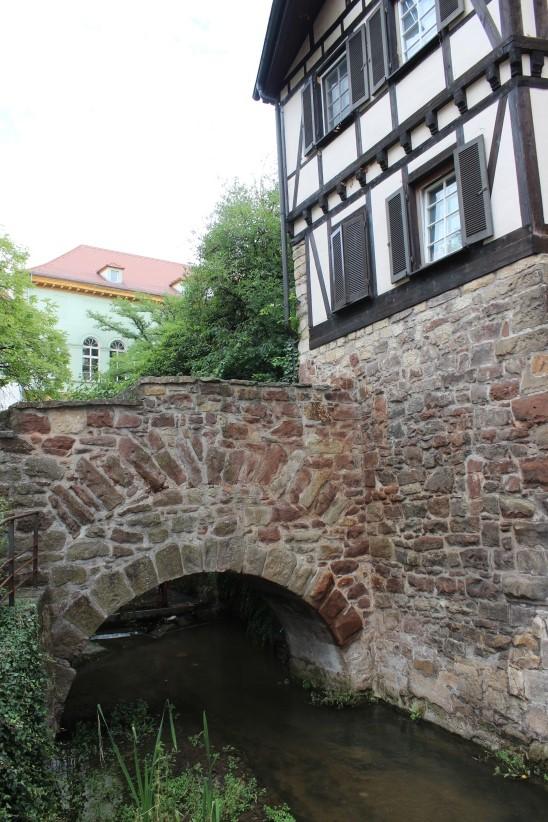 """Am """"Affenfelsen"""" beim Nonnenhaus wird der Ammerkanal von einem Stück originaler Stadtmauer umrahmt. Bild: Johannes Thiede."""