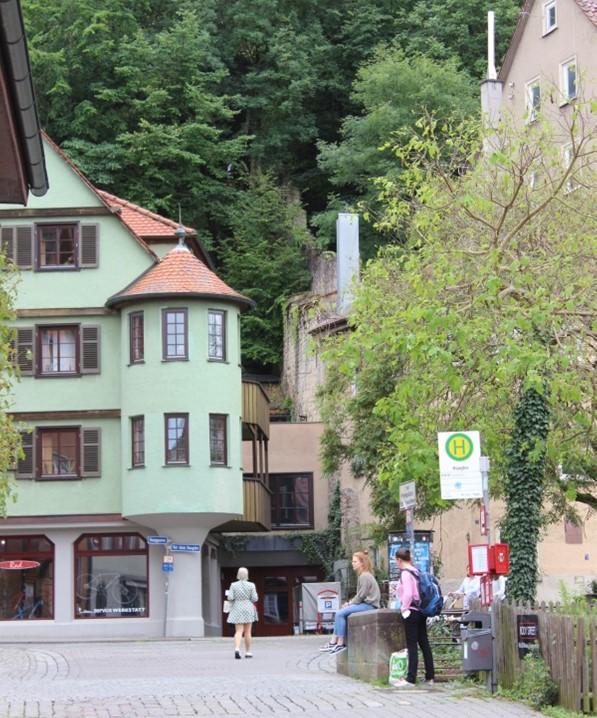 Vom Haagtor aus führt ein Mauerzug den Schlossberg hinauf. Bild: Johannes Thiede.